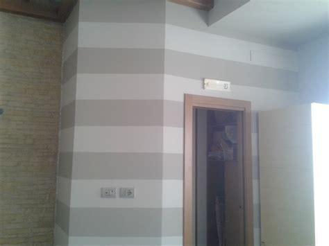 Pittura A Righe by Foto Pittura Eseguita A Strisce Orizzontali Di Decor Casa