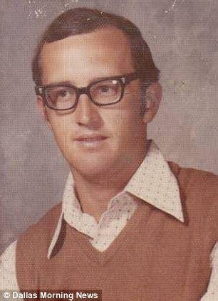 Kemeja Dale canopustas selama 40 tahun guru ini kenakan pakaian yang