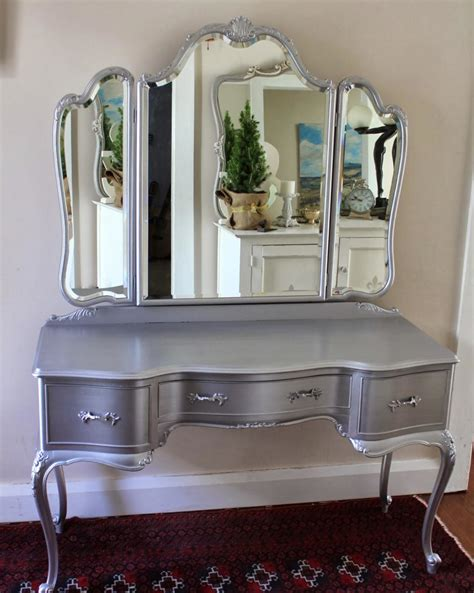 Makeup Vanity On Cool Chrome Grey Makeup Vanity Table Makeup Vanity Set