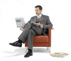 persona seduta ginocchio da scrivania per troppe ore davanti il pc