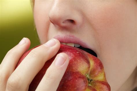 can my eat apples livewell magazine person apple livewell magazine