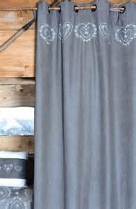rideaux de montagne et chalet