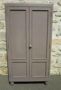 ancienne armoire avec etageres taupe et violine