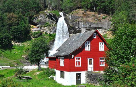 haus norwegen wasserfall und rotes haus in norwegen skandinavien