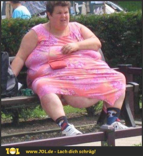 fat lady on bench dicke menschen