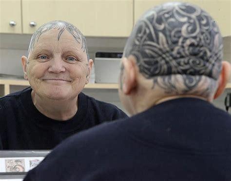 una anciana se ha tatuado toda la cabeza tras quedarse