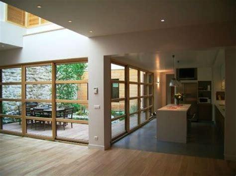 un loft en bois avec un joli patio et un jardin dans l