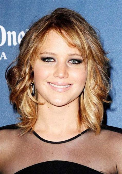 collarbone length wavy hair jennifer lawrence s shoulder length wavy hairstyle party