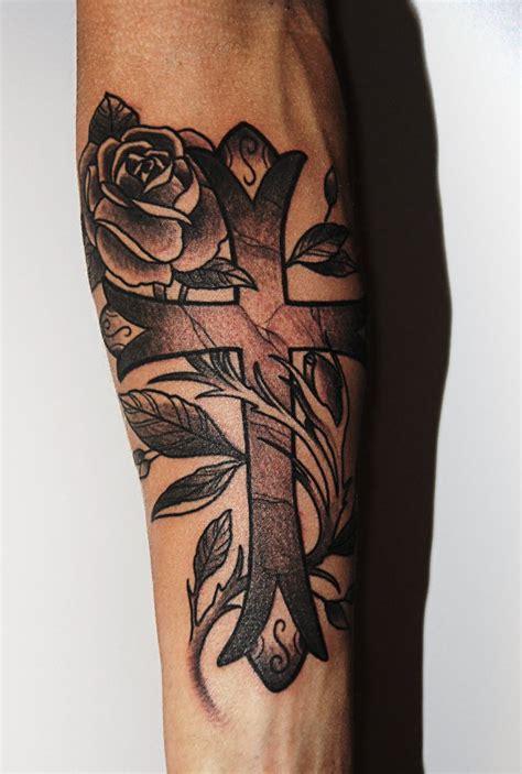 kors med rose