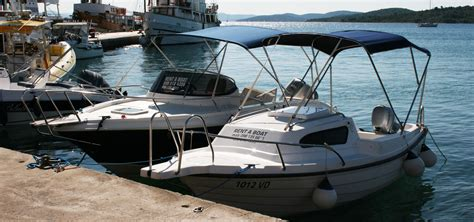 boot motor varen met een klein motorbootje in kroati 235
