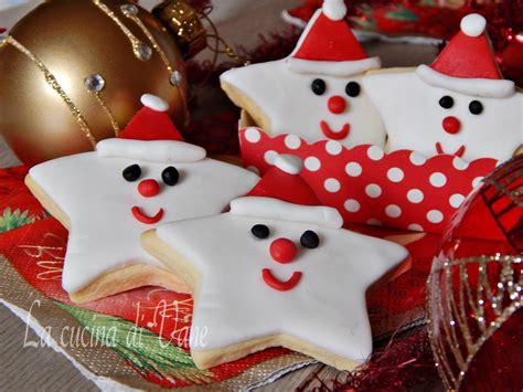 cucina con biscotti di natale biscotti di natale decorati stelle babbo natale