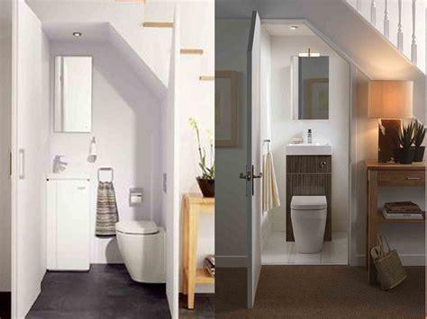 desain kamar mandi bawah tangga manfaatkan area kecil