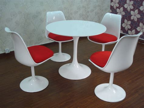 Tulip Table And Chairs by Up To The Table Hels Tells
