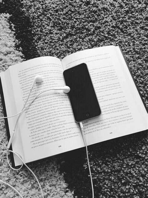 imagenes tumblr hipster black and white black and white book headphones hipster iphone image
