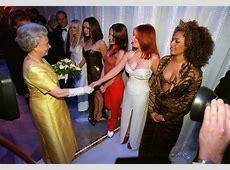 EN IMAGES. Elizabeth II : 63 ans de règne et de rencontres ... George Lazenby James Bond