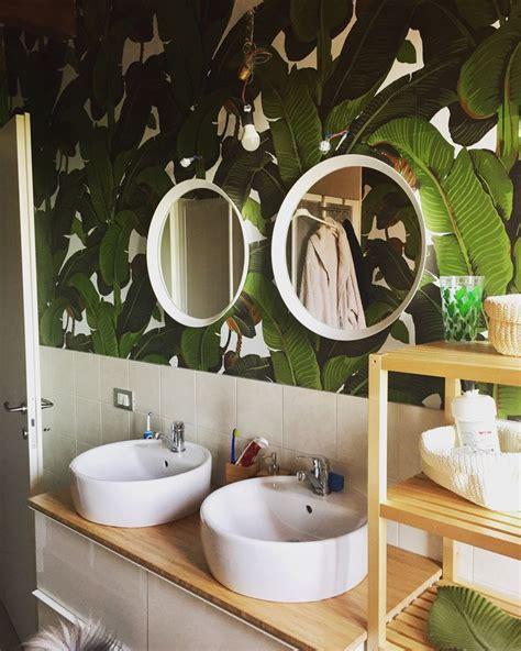tappezzerie anni 70 my bathroom is a jungle bagno con mobile ikea e carta da