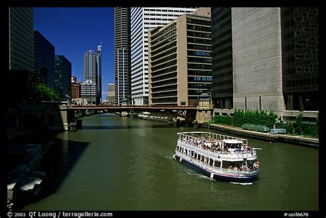 chicago river boat tour picture photo chicago river and tour boat chicago