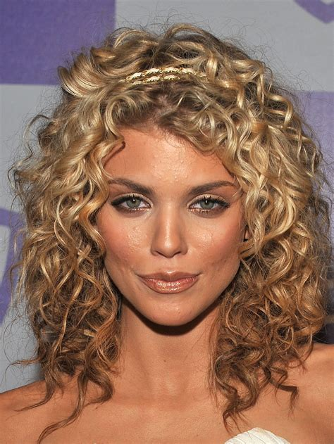 natural curl medium hairstyle annalynne mccord 2010 golden globe awards 10 gotceleb