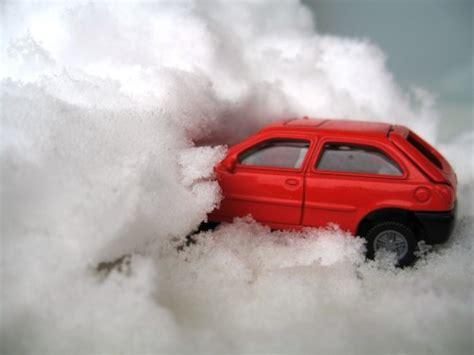 Auto An Und Abmelden Versicherungswechsel by Auto Im Schnee Lawine Lizenzfreie Fotos Bilder