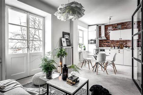 open keuken inspiratie klein appartement met een grote glazen wand als blikvanger
