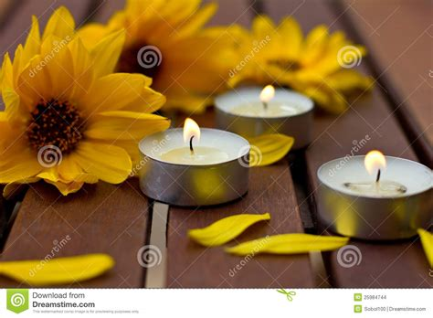 fiori e candele composizione dei fiori e di piccole candele immagini stock