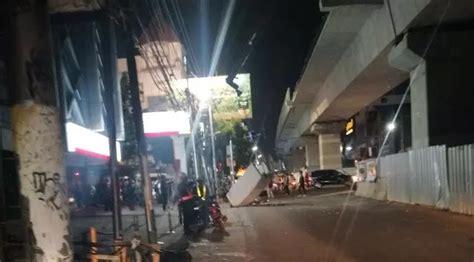 Lu Belakang Mobil Xenia dinding beton mrt yang jatuh ternyata timpa 2 pengendara