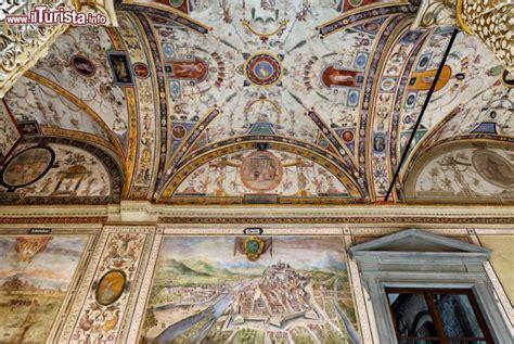 palazzo vecchio interno affreschi e grottesche nel cortile interno di foto