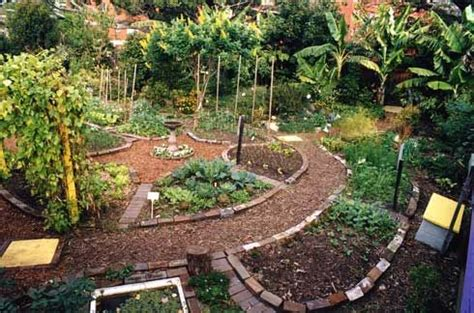 Permaculture Vegetable Garden Layout Narrow Paths Lead Into A Circular Vegetable Garden From The Wider Bark Mulch Access Path
