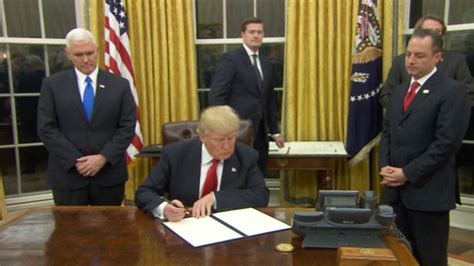 trump desk vs obama desk donald trump has been in the oval office five minutes and