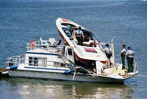 boat crashes funny irti funny picture 1556 tags great parking boat