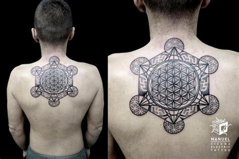 geometric tattoo vienna tatuaje espalda dotwork geom 233 trico por vienna electric tattoo