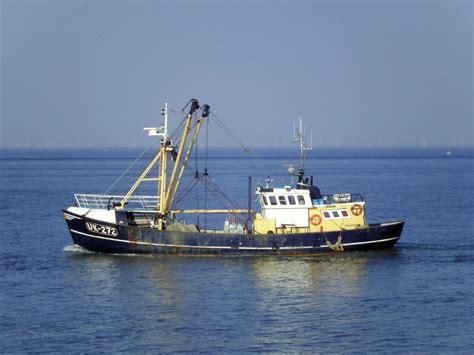 File:Fishing vessel UK-272.jpg