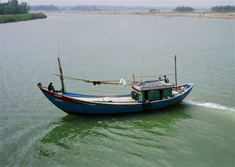 small boat vietnam central vn coastal boats the wooden work boats of central