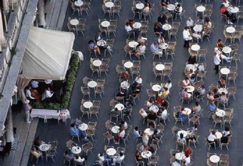 cameriere venezia venezia fanno pic nic sui tavolini bar e pestano