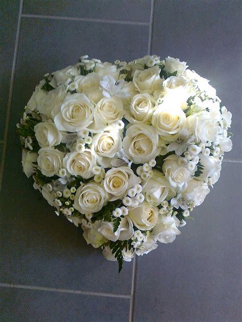 coussin de fleurs deuil coussin coeur deuil roses blanches matricaire des fleurs 224 la maison deuil