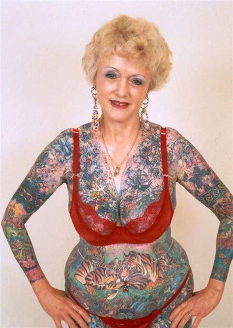 tato di dada prempuan perempuan pemilik tato terbanyak di dunia meninggal si