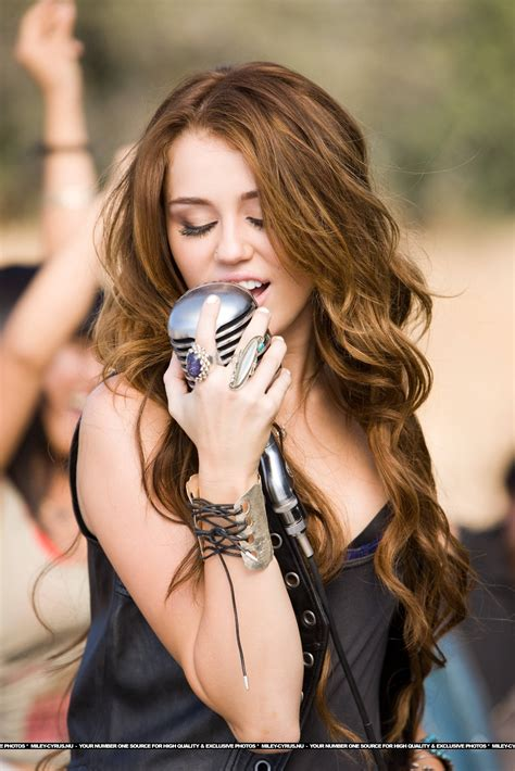 miley cyrus indian miley cyrus images miley cyrus pics while she is singing wallpaper photos