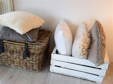 sofakissen und decken kuscheliges wohnzimmer mit decken und kissen depot
