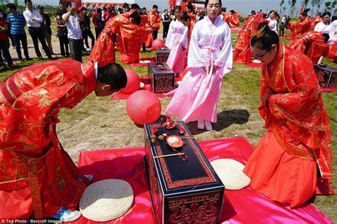 Jubah Memotong Rambut 66 pasangan china nikah massal dalam upacara bak zaman
