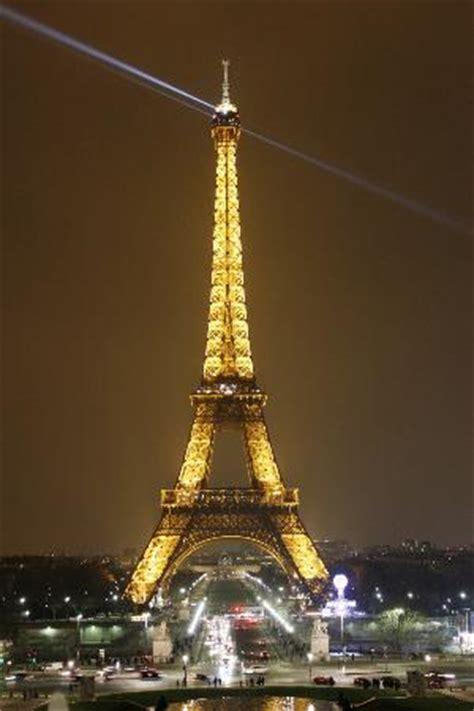 torre eiffel di notte illuminata la tour eiffel di notte foto di torre eiffel parigi