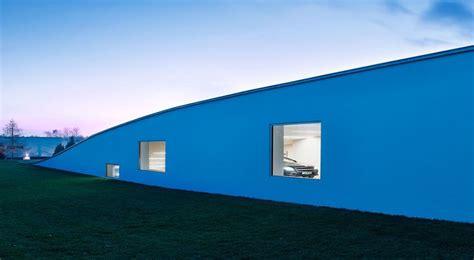 ouverture garage automobile maison contemporaine atypique et sa toiture v 233 g 233 talis 233 e