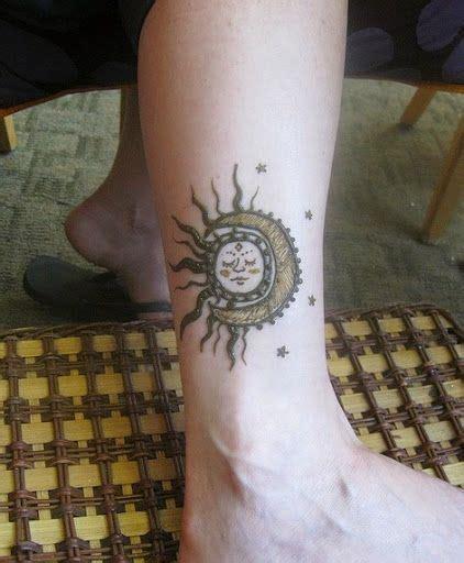henna tattoo zurich soleil et lune sur la cheville https