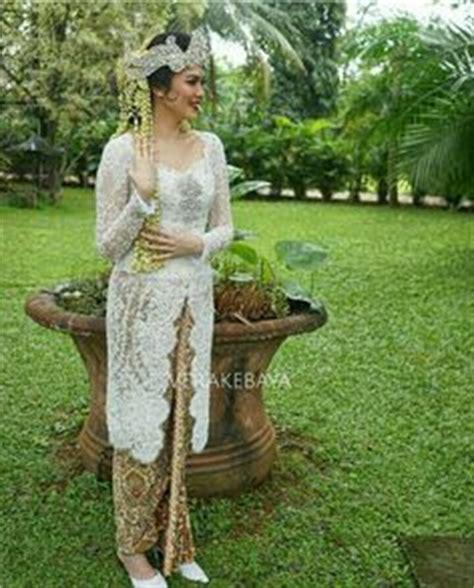 Make Up Tinuk contoh desain kebaya pengantin warna putih karya rancangan desainer vera anggraini kebaya