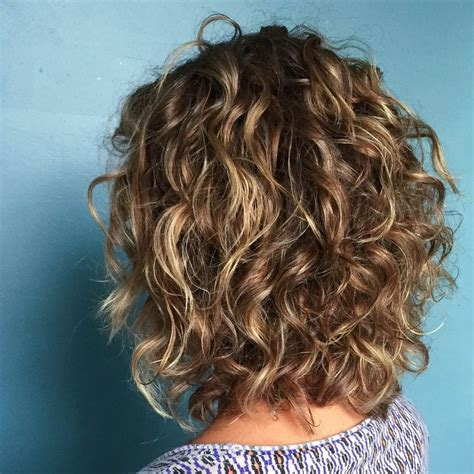 highlighted hair styles chin lenght natural curly hair short curly hairstyles with blonde highlights hair