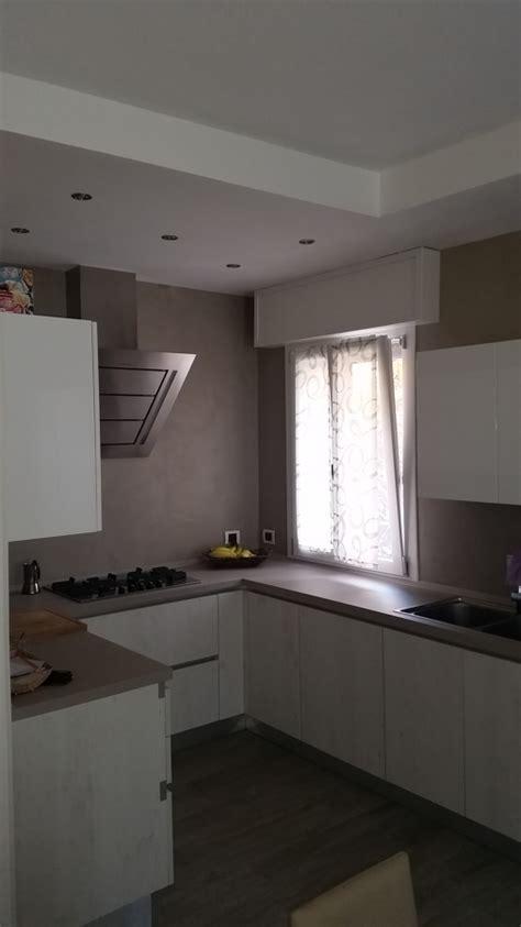 illuminazione cucina con faretti foto cucina con rivestimento in resina e controsoffitto