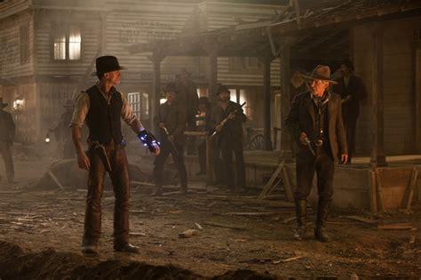 film cowboy si extraterestrii daniel craig e harrison ford si guardano in una scena del