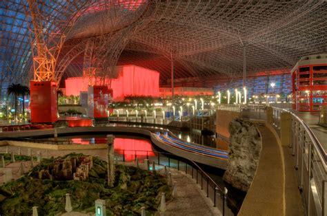 Ferrari Abu Dhabi Achterbahn by Ferrari World Abu Dhabi Erlebniswelt Freizeitpark Im