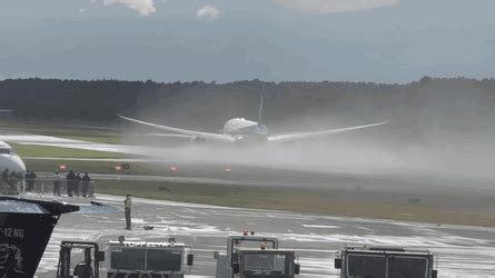 réduire format gif boeing 787 almost vertical steep takeoff and landing gif