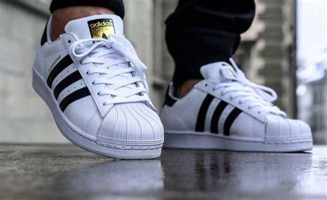 types  sneakers    wearing