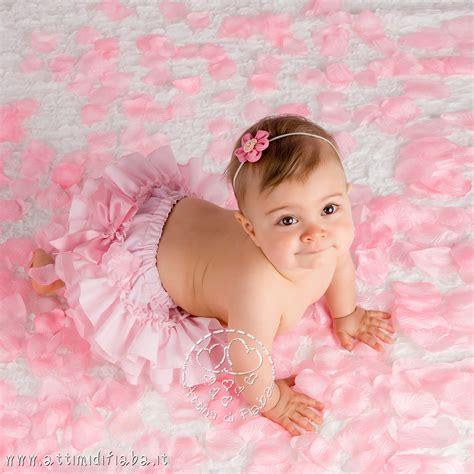 di bambini foto di bambina tra i petali attimi di fiaba fotografo